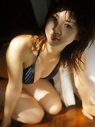 Aki Hoshino naughty bikini babe posing by the pool