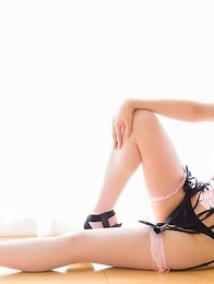 Stylish lass Natsuki Yokoyama shows her ass while kneeling on the floor