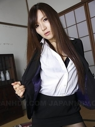 Hitomi Tsukishiro is so sensual while posing