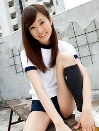 Kana Yuuki exposes nasty behind in short pants outdoor