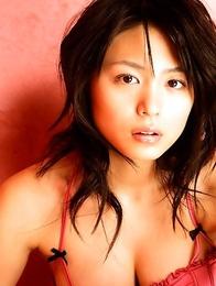 Sensuous gravure hottie Yukie Kawamura is delectable in her pink swim suit